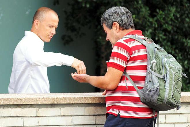 Giorgio Mastrota cuore d'oro: beneficenza al mendicante dopo la palestra