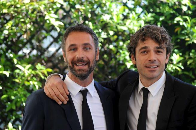 Raoul Bova e Luca Argentero, risate in Fratelli Unici con Carolina Crescentini e Miriam Leone