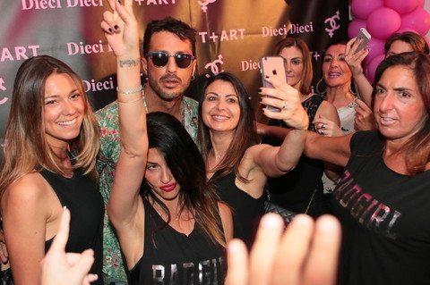 """Arriva Fabrizio Corona e i fan vanno in delirio: """"Quest'estate lo """"scontro"""" con Belen Rodriguez e De Martino"""""""