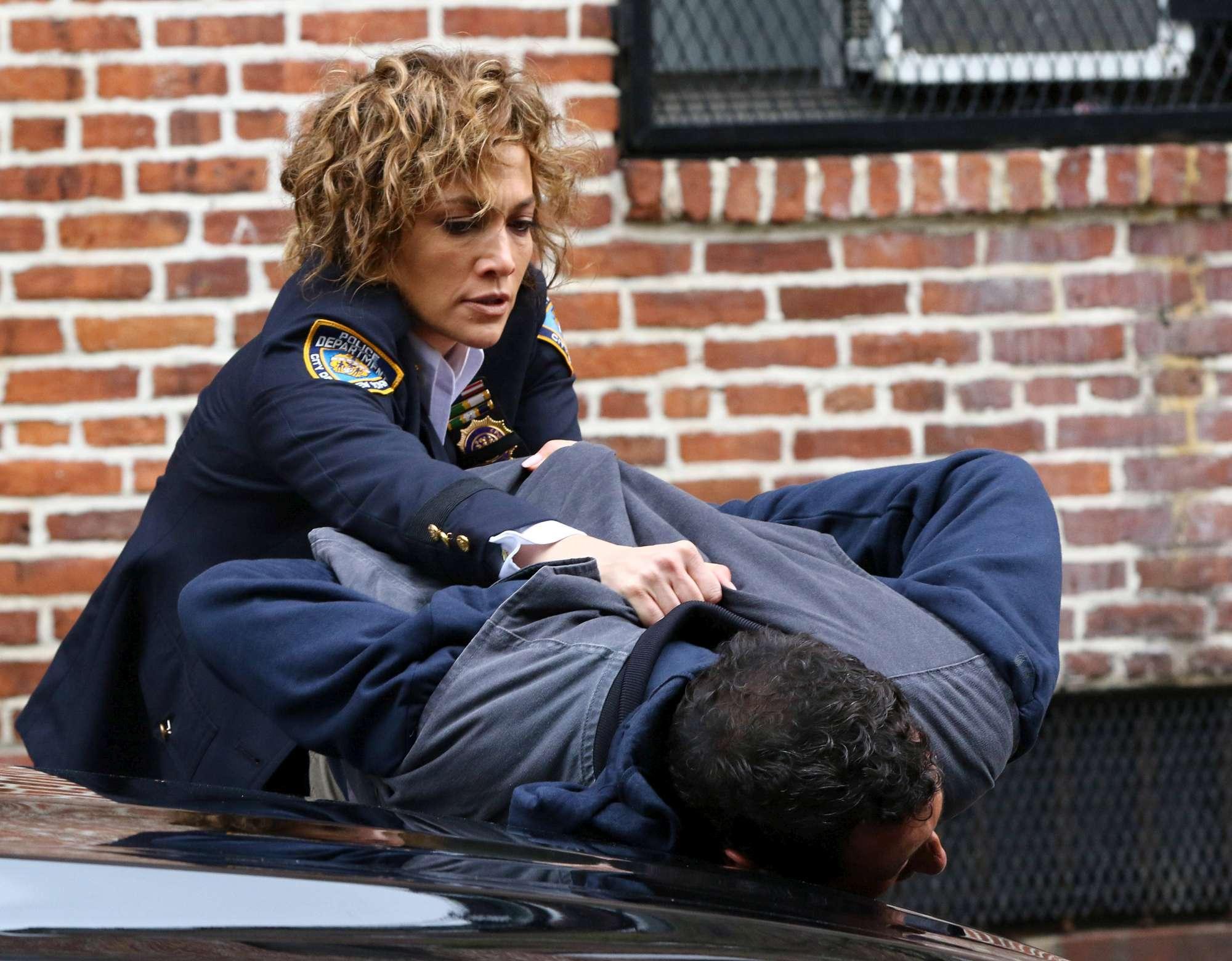 Jennifer Lopez e il fascino della divisa: grinta e sex appeal... da poliziotta