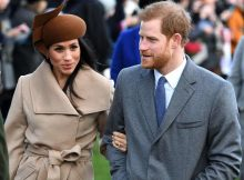 meghan-markle-accompagnata-dalla-madre-allaltare
